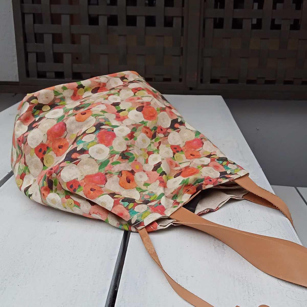Bolsa de algodon con estampado de flores y detalles en piel natural