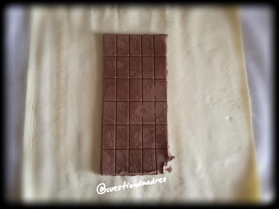 Paso dos de la trenza de chocolate: poner el chocolate en medio de la lámina de hojaldre