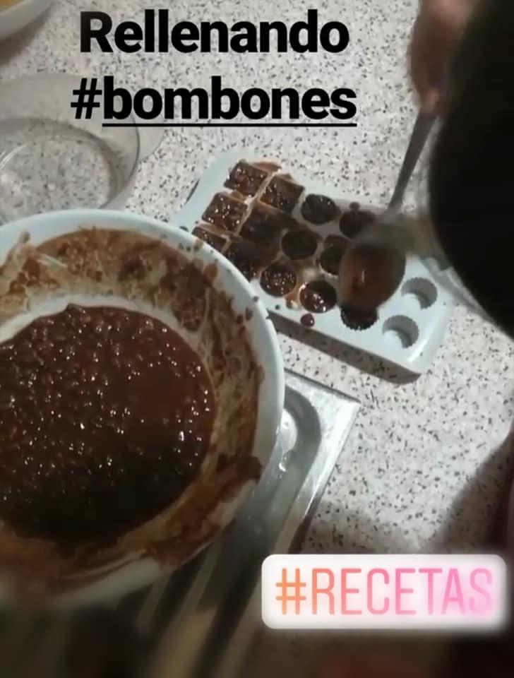 Bombones de chocolate. Rellenando los moldes.