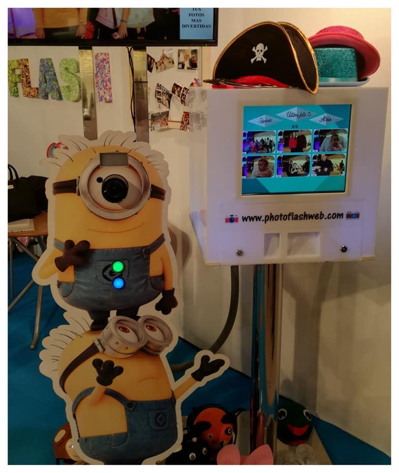 Fotomatón adaptado a la estatura de los niños y camuflado en un Minion de la empresa Photo Flash