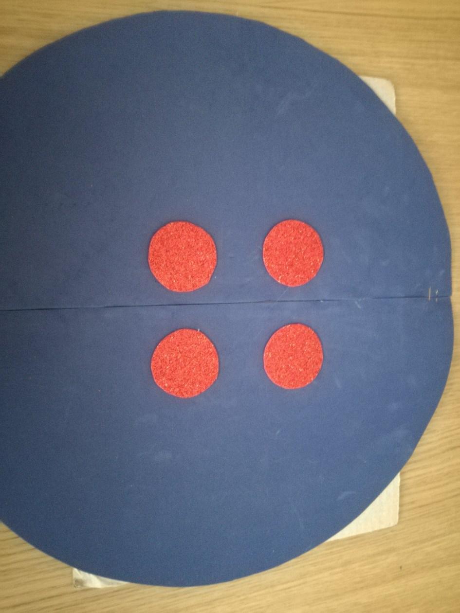 Disfraz diy de botón. Pegar los círculos grandes al cartón para dar más consistencia al disfraz