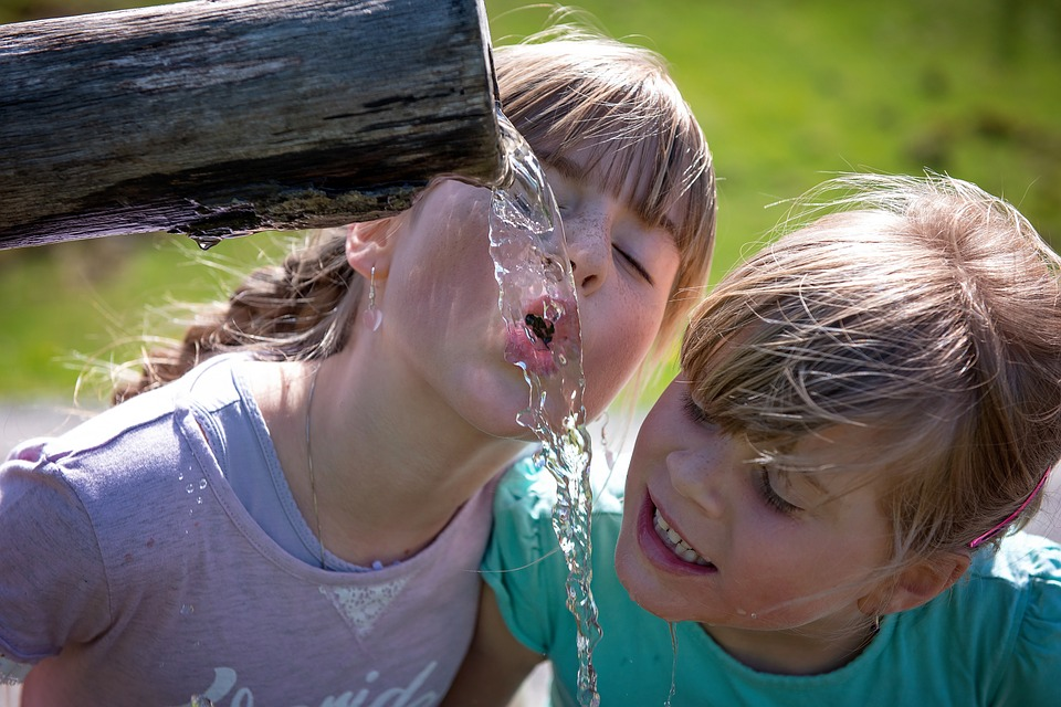 Ayudar a los niños a reponer líquidos cuando los pierden es la mejor forma de evitar la deshidratación