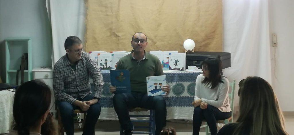Roberto Aliaga, junto a Miguel Ángel Díez y Chus, explicando cómo nació el libro ¿Te cuento un secreto?