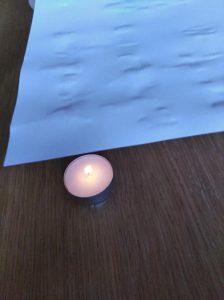 Dejamos secar y luego le damos calor al folio con una vela