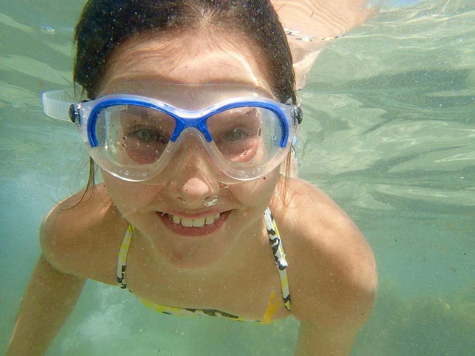 Ojo con nuestra vista incluso cuando nos bañamos en la piscina. Siempre con gafas de buceo