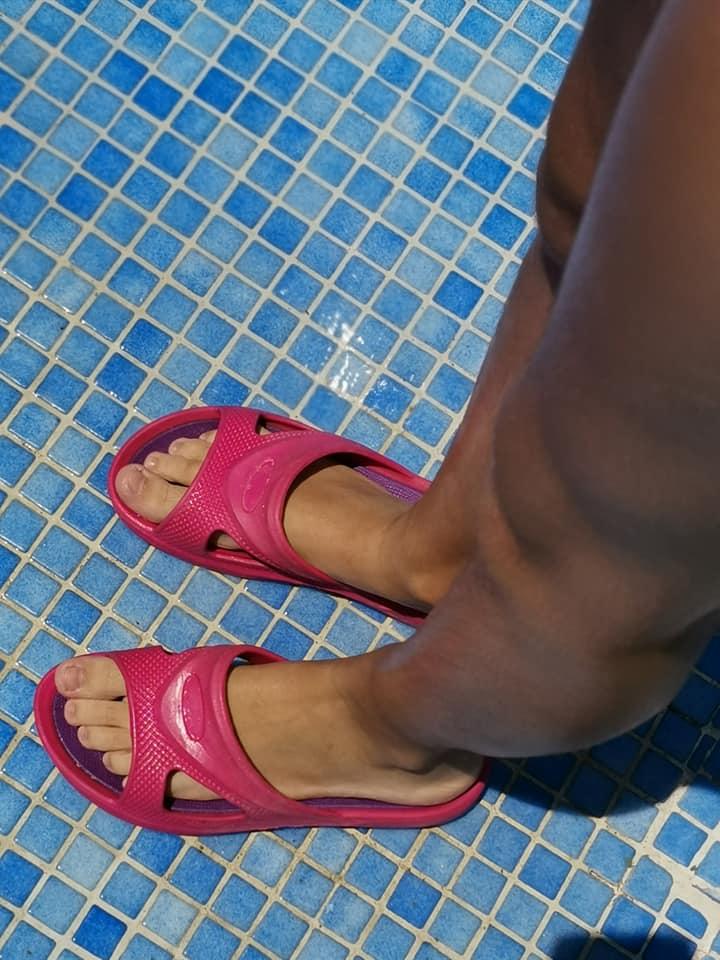 Una de las normas para ir a la piscina es la de usar chanclas para la ducha. Eso sí, hay que desinfectarlas antes de entrar al recinto