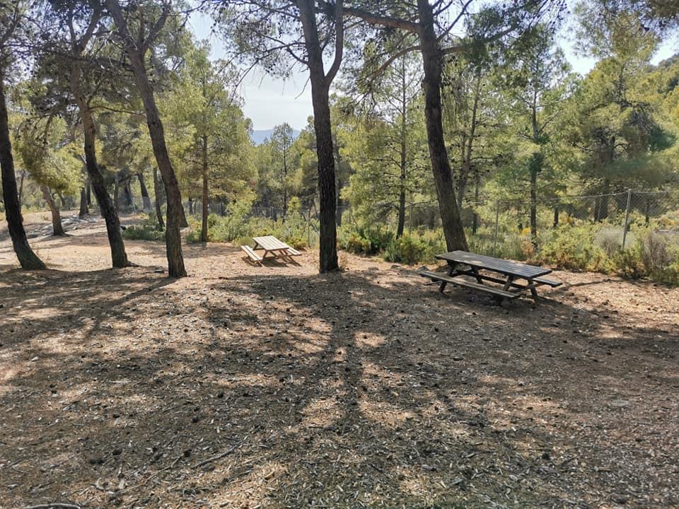 Una de las zonas apartadas donde sentarse a comer y disfrutar del área recreativa