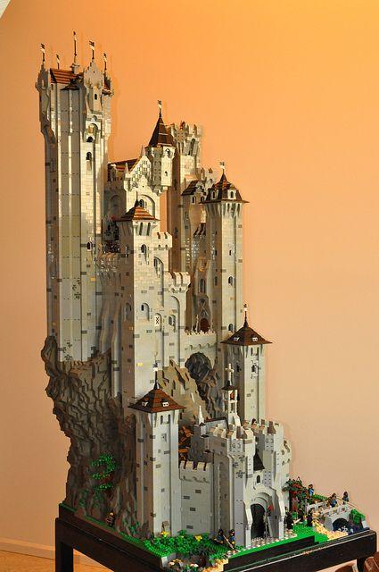 Hermoso y alto castillo de LEGO
