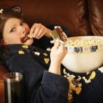 Comer tumbado en el sofá puede provocar la acidez