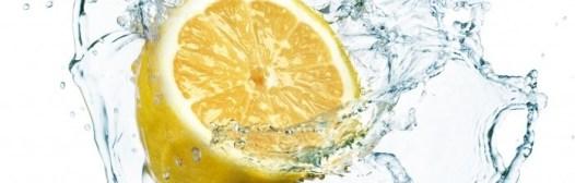 El agua con limón mejora la salud