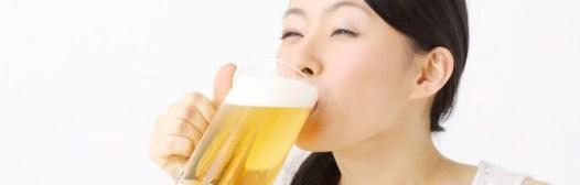 mujer-beneficio-beber-cerveza