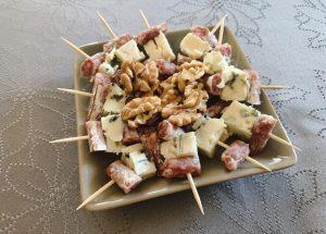 IMG 6621 - Brochettes saucisson et roquefort, noix