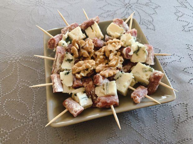 IMG 6621 620x465 - Brochettes saucisson et roquefort, noix