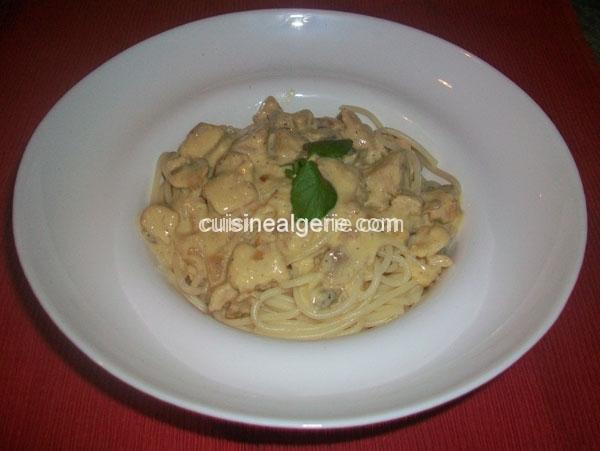Spaghetti à la crème fraîche, blanc de poulet et champignons