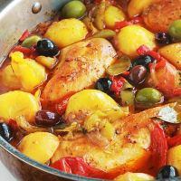 Poulet aux poivrons, pommes de terre, oignons, olives, recette facile