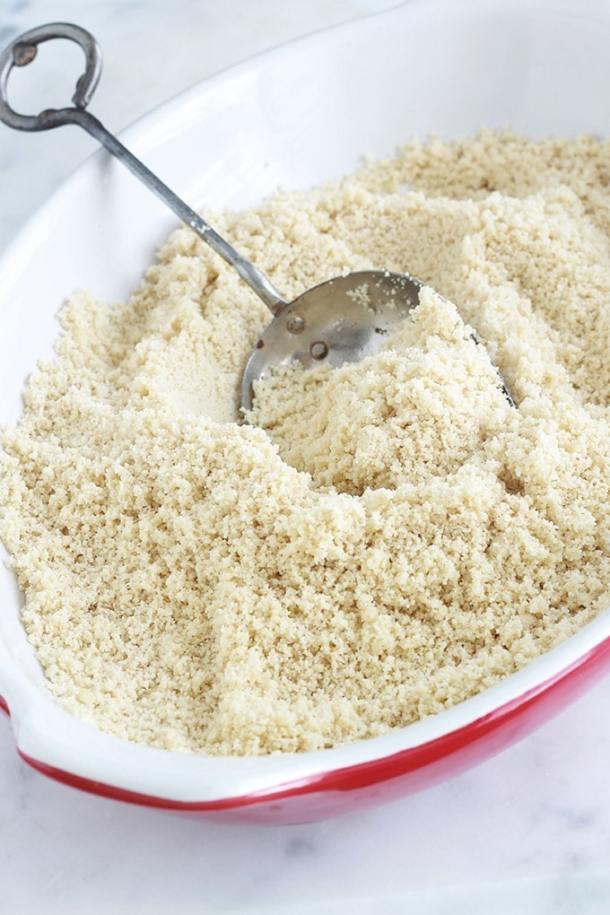 Faire de la poudre d'amande maison est très facile. Il suffit d'utiliser un robot culinaire pour moudre les amandes. Ou un moulin à café! Et c'est tellement moins cher que les amandes en poudre et la farine d'amande du commerce.