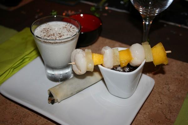 Brochettes de fruits exotiques et sa sauce au chocolat