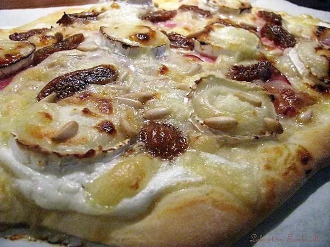Pizza au chèvre, bacon, figues & pignons de pin