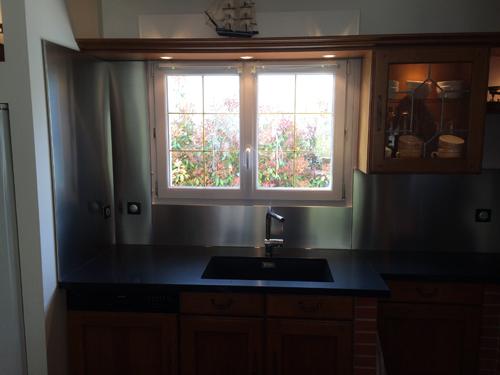 Une cuisine rénovée avec des plans en quartz, et des crédences inox - Réalisation Ent. GARNOTEL - utilisation photo réservée