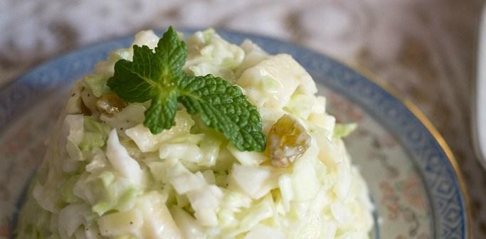 Salade de chou blanc à la pomme et aux raisins secs