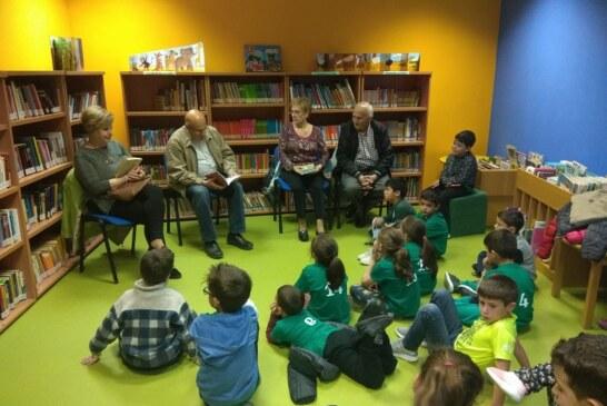 Abuelos de Cúllar Vega narran la historia de 'Platero y yo' a los escolares del municipio en la biblioteca