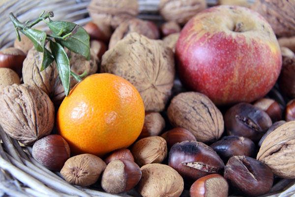fruits d'automne, noix et oranges