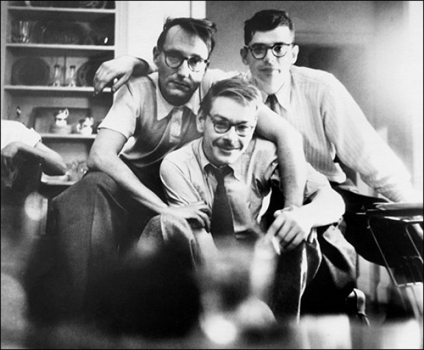 Lucien Carr, William Burroughs e Allen Ginsberg, New York City, 1944. © Allen Ginsberg, Courtesy of Fahey/ Klei Gallery, Los Angeles.