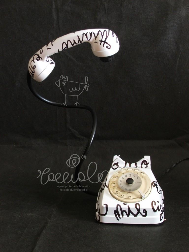 Parole in luce white, Lampada telefono M9 feat Rocciolo. Modelli lampada-telefono brevettati a nome Daniela Galluzzo dalla Camera di Commercio. © Daniela Galluzzo.