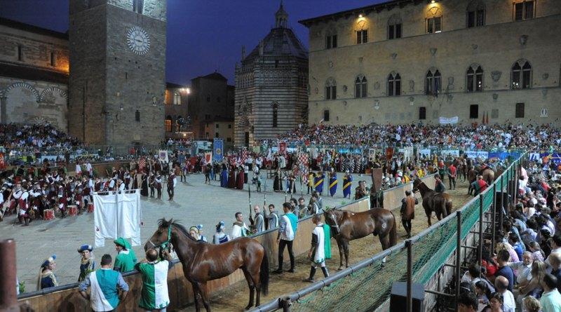 Cavalieri e cavalli in attesa della benedizione
