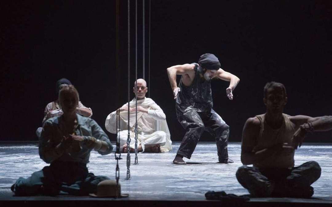 La danza como resistencia: Satyagraha, de Philip Glass en la Komische Oper de Berlín