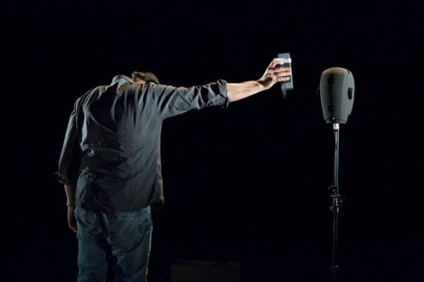 Schaubuehne am Lehniner Platz. F.I.N.D. 2015, Amazon Beaming: Work in Progress, Complicite, inspiriert vondem Roman»AmazonBeaming« vonPetru Popescu, Performance und Regie: Simon McBurney.