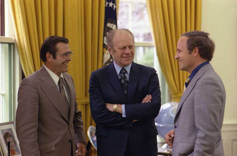 1280px-Ford_meets_with_Rumsfeld_and_Cheney,_April_28,_1975 1
