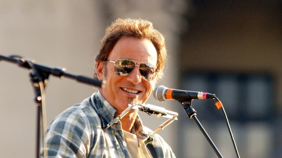 Bruce Springsteen in Shades 2008 courtesy of Getty Images