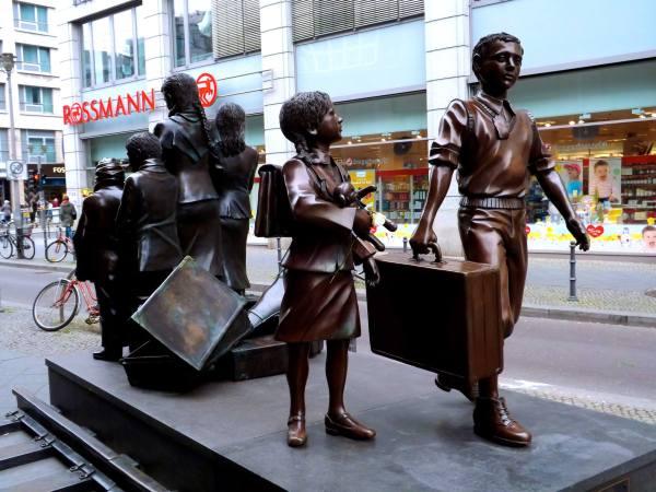 A statue memorializing Kinder Transport
