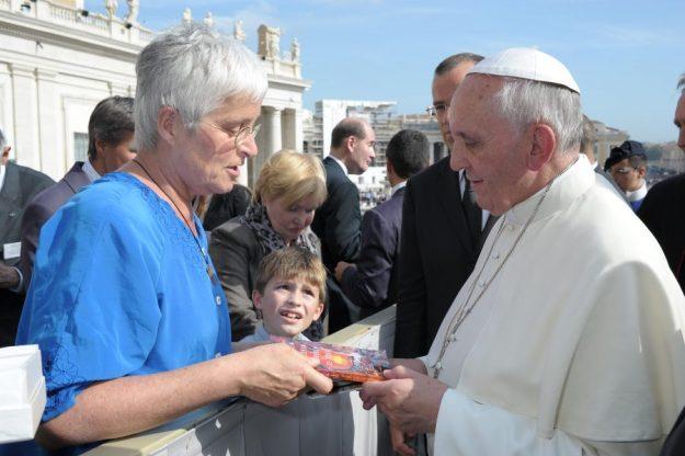 Marianne Visser van Klaarwater biedt haar boek ''doorheen het leven, doorheen de dood''' aan aan Paus Franciscus