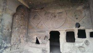 de Dansende Derwisj moest vluchten; Cavusin; ingang grootste kerk van Cappadonie