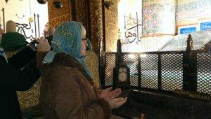 bidden voor vrede bij graf van Mevlana Rumi, stichter van de Derwisj