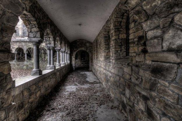 verlaten kloostergang, fotocopywright Wil Westerweel