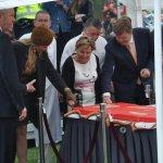 Vrijwilligers in Zwolle door Nederlands koningspaar met taart verwend