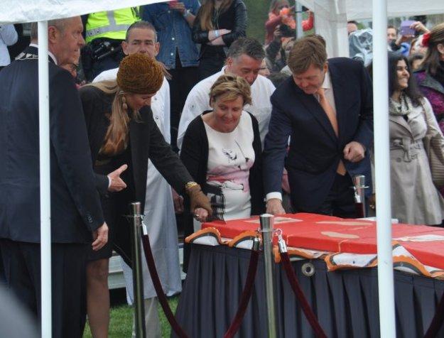 Vrijwilligers in Zwolle werden door het koningspaar getrakteerd op taart. (foto: Peter :Lasschuit)