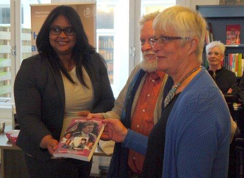 mevrouw mr Shandra John, directeur van het Arubahuis ontvangt ''het geloof van Oranje'