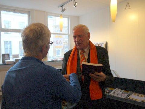 Jan Thijse, drecteur van het museum Buren en Oranje ontvangt mijn boek