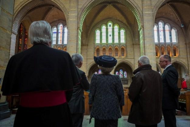 In stille bewondering voor de ramen van Jan Dibbets in de basiliek Sint Bavo