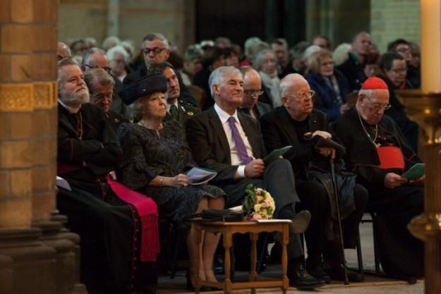 van links naar rechts: Mgr Punt, prinses Beatrix, kamerheer Roell, de heer Dibbets