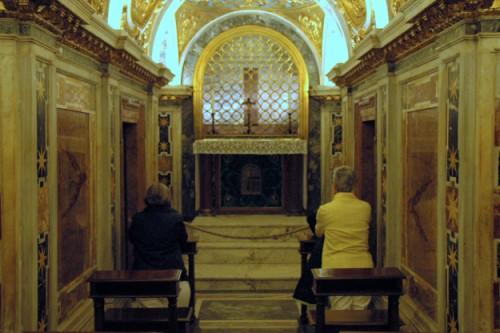 Rome: onder de sint Pieter: bidden bij het graf van Petrus.
