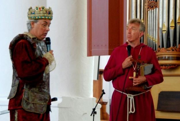 Jacques van der Laak en Aart Molendijk speelden de ontmoeting tussen koning Radbot en de monnik Bonifatius bij diens aankomst