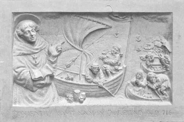 Wijk bij Duurstede, gevelsteen Serge van Druten, op de steen: boerderij, Bijbel, Bonifatius, steiger, boot . Foto: Serge van Druten