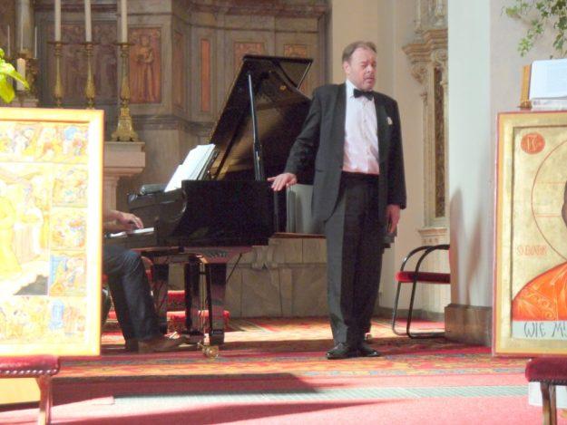 Zien kan Bob Bullee niet, maar hij zong the Exodus omdat we allemaal op weg zijn en Lan Luiten begeleidde hem op de piano.