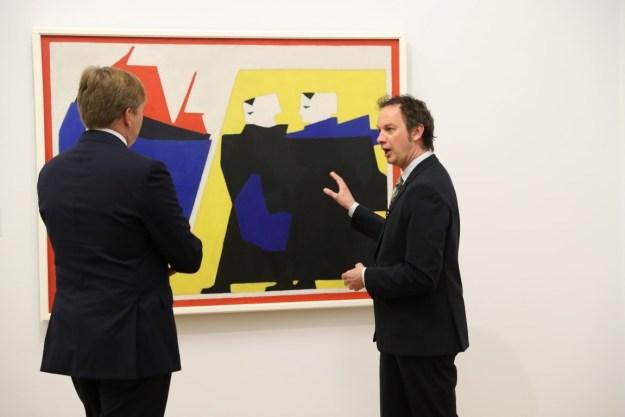 Themajaar 100 jaar De Stijl, foto: Paul Ridderhof ; koning in gesprek met Benno Tempel, directeur Gemeentemuseum Den Haag