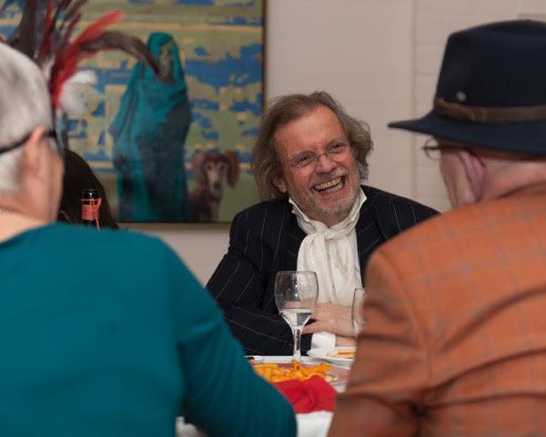 Peter Lasschuit en blogster Marianne VIsser van Klaarwater In gesprek met levenskunstenaar Robert Webster . Foto: Tobias Rothe